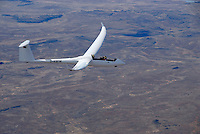 4415 / Duo Discus xT: AFRIKA, SUEDAFRIKA, 09.01.2007: Doppelsitziges Segelflugzeug vom Typ Duo Discus xT ueber der Wueste Karoo.