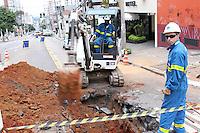 SAO PAULO, SP, 02/06/2013, VAZAMENTO GAS.  Na noite desse sabdo (01) uma tubulacao de gas se rompeu Av. Brigadeiro Luiz Antonio  altura do numero 2.500. O local foi isolado, houve evacuacao das residencias proximas. A via esta interditada, varias equipes da Congas estao efetuado o reparo. LUIZ GUARNIERI/BRAZIL PHOTO PRESS.