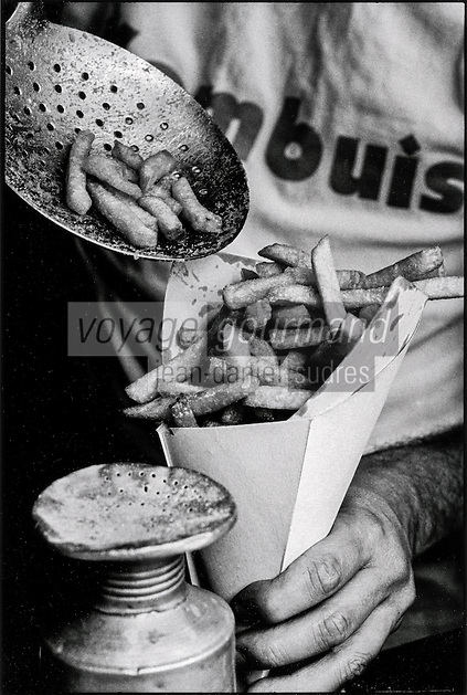 Europe , Belgique , Flandre , Flandre Occidentale , Ostende: Préparation des frites à la friterie Kombuis  // Europe, Belgium, West Flanders, Ostende:  Preparation fries the chip shop Kombuis