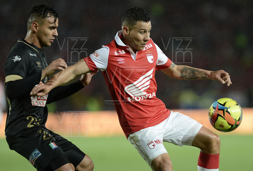 BOGOTÁ -COLOMBIA, 18-10-2014. Luis Carlos Arias (Der) jugador de Independiente Santa Fe disputa el balón con Marlon Piedrahita (Izq) jugador de Once Caldas por la fecha 15 de la Liga Postobón II 2014 jugado en el estadio Nemesio Camacho el Campín de la ciudad de Bogotá./ Luis Carlos Arias (R) player of Independiente Santa Fe fights for the ball with Marlon Piedrahita (L) player of Once Caldas during the match for the 15th date of Postobon League I 2014 played at Nemesio Camacho El Campin stadium in Bogotá city. Photo: VizzorImage/ Gabriel Aponte / Staff