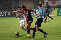 CÚCUTA -COLOMBIA, 09-08-2013.  Victor Uribe (Der.) jugador del Cucuta Deportivo disputa el balón con Palacios Murillo (Izq.) de Patriotas, durante partido  por la fecha 3 de la Liga Postobon II disputado en el estadio General Santander de la ciudad de Cucuta, julio 26 de 2013./  Victor Uribe (R) Cucuta Deportivo player fights for the ball with Palacios Murillo (L) of Patriotas during match of the third date for the Postobon League II at the General Santander Stadium in Cucuta city, July 1th, 2013. Photo: VizzorImage/Manuel Hernandez/STR