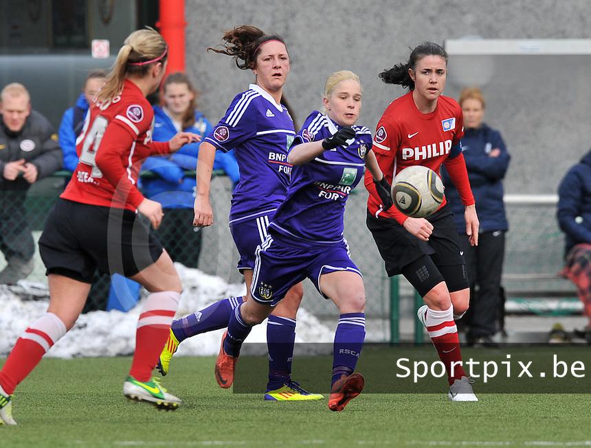 RSC Anderlecht Dames - PSV / FC Eindhoven : Stephanie Van Gils aan de bal voor Manon Van Den Boogaard (rechts).foto David Catry / Vrouwenteam.be