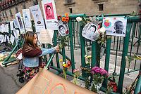 Acción #FloresporAyotzinapa en Palacio Nacional
