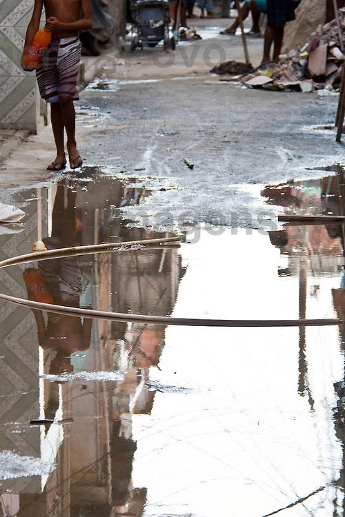 Pessoas caminham pelas ruas do Conjunto de favelas da Mar&eacute;. Rio de Janeiro, Brasil.<br /> <br /> <br /> People walk the streets in Favela da Mar&eacute;. Rio de Janeiro, Brazil.