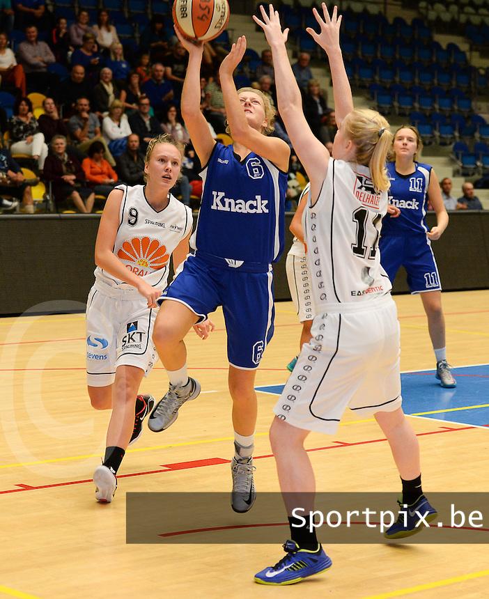 Wytewa Roeselare - Blue Cats Ieper : Yuna Duhullu (midden) met de lay-up voorbij Stefanie Deneker (links) en de blokkende Jena Vanlerberghe (r) <br /> foto VDB / BART VANDENBROUCKE