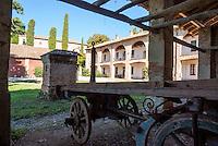 Oliva Gessi (Pavia), vecchio carro in una fattoria --- Oliva Gessi (Pavia), old wagon in a farm