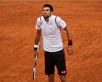 Paris, France, 31 June, 2016, Tennis, Roland Garros, Novak Djokovic (SRB) has a problem with the cold temperature<br /> Photo: Henk Koster/tennisimages.com