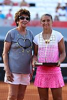 RIO DE JANEIRO, RJ, 22.02.2015 - RIO OPEN 2015 - A tenista italiana Sara Errani (à direita), cabeça de chave número um do torneio, ao lado da ex-tenista brasileira Maria Esther Bueno, durante a cerimônia de premiação pelo título após a vitória sobre a eslovaca Anna Schmiedlova, na final feminina do torneio internacional de tênis Rio Open 2015, na tarde deste domingo, 22. O torneio realiza-se de 16 a 22 de fevereiro, no Jockey Club Brasileiro, zona sul da cidade. (Foto: Gustavo Serebrenick / Brazil Photo Press)