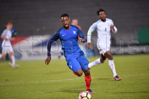 14.11.2016. bondoufle, Paris, France. U-21 International friendly football match, France versus England.  Moussa Dembele (fra) breaks towards the Engliush goal to score his goal for 2-1 in the 64th minute