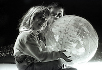 Bambini giocano con il mondo.Children playing with the world