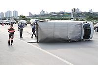 FOTO EMBARGADA PARA VEICULOS INTERNACIONAIS. SAO PAULO, SP, 28-12-2012, TOMBAMENTO VUC. Um VUC (Veiculo Urbano de Carga) tombou na Marginal Tiete sentido Ayrton Senna na tarde dessa Sexta-feira (28). O acidente aconteceu apos o pneu recauchutado estourar, ninguem ficou ferido, mas o acidente deixou muito transito no local, pois ocupou tres faixas da via, ninguem ficou ferido. (FOTO: LUIZ GUARNIERI / BRAZIL PHOTO PRESS)