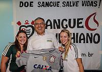SAO PAULO, SP, 06 ABRIL 2013 - CAMPANHA SANGUE CORINTIANO - O Ministro da Saúde, Alexandre Padilha comprimenta doadoras Palmeirenses, no primeiro dia da 11ª edição da Campanha Sangue Corintiano que acontece entre os dias 06 e 13 de abril, no Hemocentro do Hospital das Clínicas, em São Paulo nesta sábado, 06.  FOTO: WILLIAM VOLCOV / BRAZIL PHOTO PRESS.
