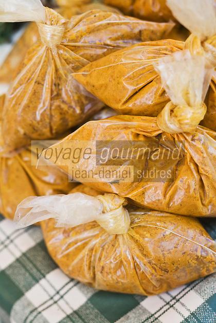 France/DOM/Martinique/ Saint-Pierre: le marché - détail étal  épices poudre de curry pour préparer  les colombos