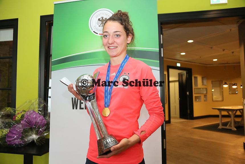 Die beiden Hessinnen mit dem WM Pokal: Kathrin Schermuly (Eintracht Wetzlar, aus Limburg) - Empfang der U20-Weltmeisterinnen am Frankfurter Flughafen