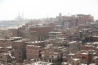 2011 Mokattam Garbage City (alla periferia del Cairo) il quartiere copto dove si vive in mezzo alla spazzatura raccolta: tetti delle case in costruzione, sullo sfondo una Moschea.