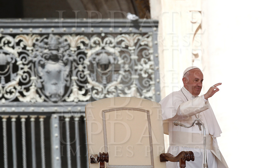 Papa Francesco saluta i fedeli al suo arrivo all'udienza generale del mercoledi' in Piazza San Pietro, Citta' del Vaticano, 3 maggio, 2017.<br /> Pope Francis waves to faithful as he arrives to lead his weekly general audience in St. Peter's Square at the Vatican, on May 3, 2017.<br /> UPDATE IMAGES PRESS/Isabella Bonotto<br /> <br /> STRICTLY ONLY FOR EDITORIAL USE