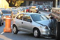 SAO PAULO, SP, 29-05-2012, ACIDENTE LIGACAO LESTE OESTE. Na madrugada dessa Terca-feira, um veiculo que trafegava pela Ligaco Leste Oeste colidiu contra a traseira de um caminhao que fazia manutencao na sinalizacao de transito. O acidente aconteceu proximo ao acesso do viaduto do Glicerio, pelo menos uma pessoa ficou ferida. Luiz Guarnieri/ Brazil Photo Press.