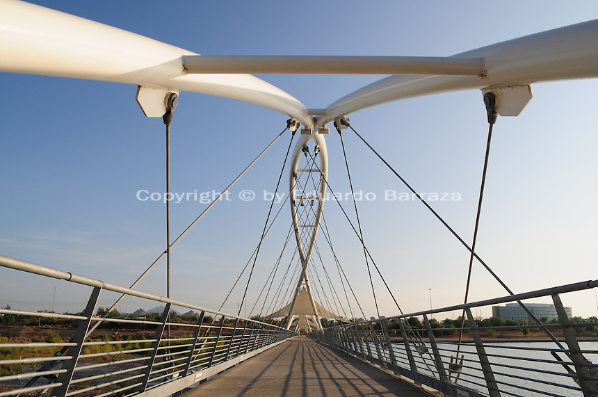 Tempe, Arizona. A pedestrian bridge at Tempe Town Lake. Photo Eduardo Barraza © 2015