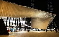 Rotterdam . Het nieuwe Centraal Station bij avond. Kerstverlichting aan het kantoor van Nationale Nederlanden