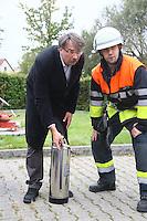 Bürgermeister und Dienstherr Manfred Ockel mit dem Handfeuerlöscher und Mitarbeiter Andreas Reitz