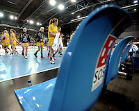 Handball Champions League  Frauen Damen - HCL HC Leipzig : HYPO Niederösterreich - Arena Leipzig - im Bild: noch kein Grund für ein Notsignal - die Mädels des HCL nach dem Apfiff - sie sehen die Niederlage als Aufgabe für die kommende Rückrunde in der Champions League. Foto: Norman Rembarz...