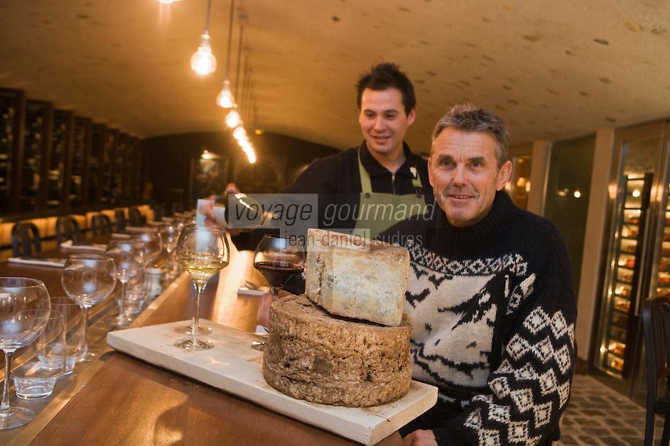 Europe/France/73/Savoie/Val d'Isère:  Luc Reversade restaurateur et son  sommelier dans son bar à vin et fromages: La Cave à Vin de la Fruitière - Auto N°:8006
