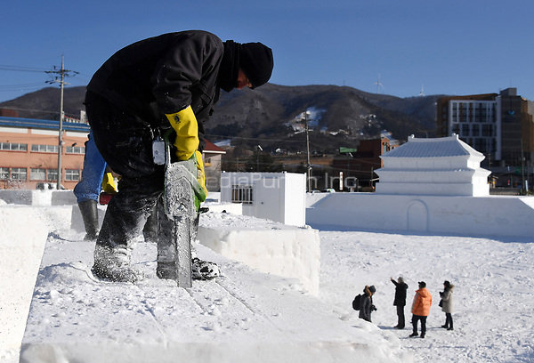 "Ice sculptors working with chainsaws in the ""Snow Land"" ice sculpture park in Pyeongchang, South Korea, 07 February 2018. The Pyeongchang 2018 Winter Olympics take place between 09 and 25 February. Photo: Tobias Hase/dpa /MediaPunch ***FOR USA ONLY***"