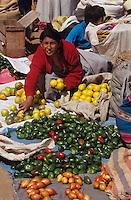 Amérique/Amérique du Sud/Pérou/Pisac : Le marché - Marchande de légumes