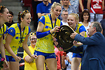 28.04.2018, SCHARRena, Stuttgart<br />Volleyball, Bundesliga Frauen, Play-offs, Finale 3. Spiel, Allianz MTV Stuttgart vs. SSC Palmberg Schwerin<br /><br />Michael Evers (PrŠsident / Praesident Deutsche Volleyball Liga VBL) ueberreicht Meisterschale an Louisa Lippmann (#3 Schwerin), Jennifer Geerties (#6 Schwerin)<br /><br />  Foto © nordphoto / Kurth