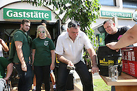 Worfeller Kerwegesellschaft beobachtet den Bieranstich von Bürgermeister Andreas Rotzinger (CDU)