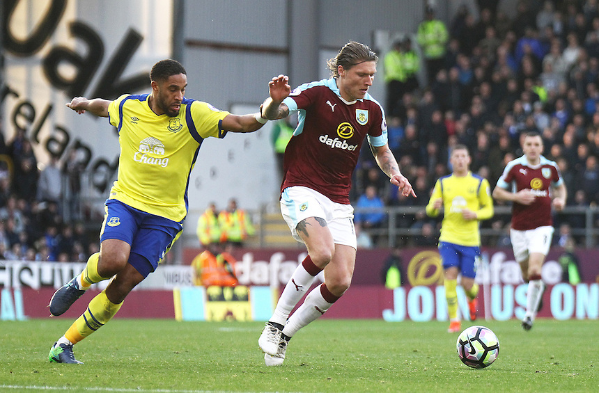 Burnley's Jeff Hendrick holds off the challenge from Everton's Ashley Williams<br /> <br /> Photographer Rich Linley/CameraSport<br /> <br /> The Premier League - Burnley v Everton - Saturday 22nd October 2016 - Turf Moor - Burnley <br /> <br /> World Copyright &copy; 2016 CameraSport. All rights reserved. 43 Linden Ave. Countesthorpe. Leicester. England. LE8 5PG - Tel: +44 (0) 116 277 4147 - admin@camerasport.com - www.camerasport.com