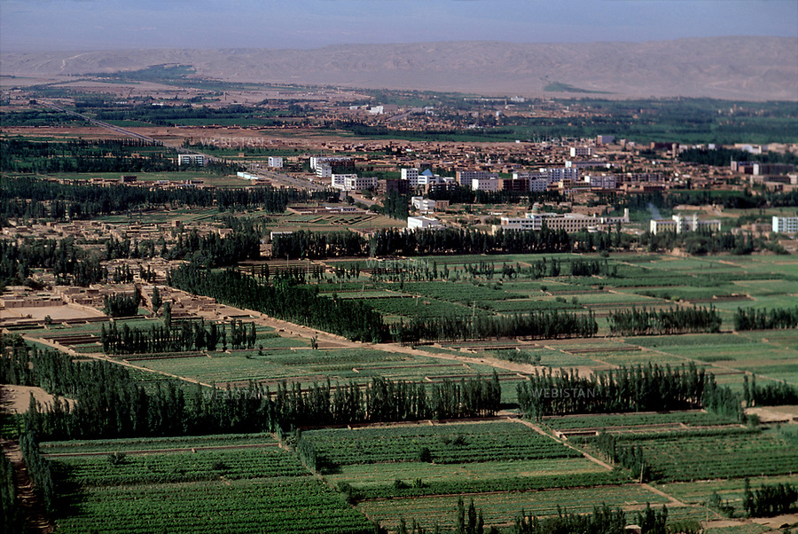 1995..Aerial view of Turpan, city of the Autonomous Region of Xinjiang...Vue aE.rienne de Turpan, ville de la RE.gion autonome du Xinjiang.