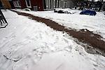 Bouwdetails tijdens een koude vorstperiode op een bouwplaats in de winter: met zout strooien is gepoogd wegen in de sneeuw te maken om de bouwplaats bereikbaar te maken.    COPYRIGHT TON BORSBOOM