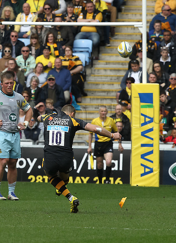 03.04.2016. Ricoh Arena, Coventry, England. Rugby Aviva Premiership. Wasps versus Northampton Saints.   Wasps fly-half Jimmy Gopperth kicks a penalty.