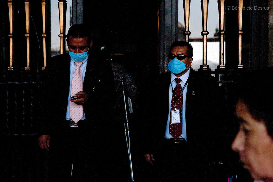 April 24, 2009 - Mexico City, Mexico - Government workers of the Mexican capital wear surgical masks to protect themselves from the swine Flu. Photo credit: Benedicte Desrus / Sipa Press