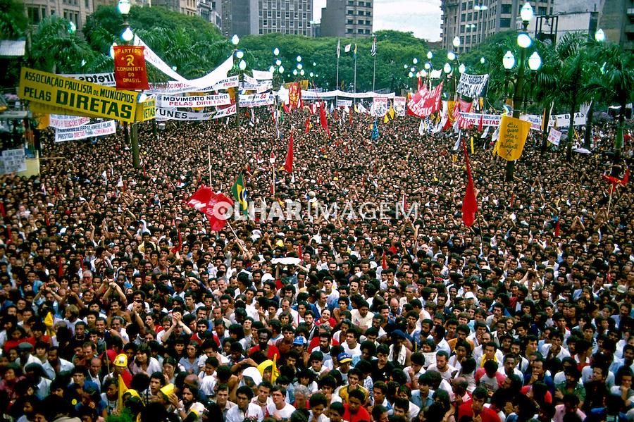 Comício por eleições Diretas na Praça da Sé, São Paulo. 1984. Foto de Juca Martins.