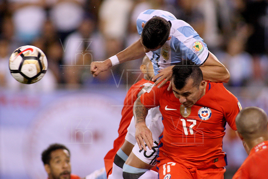 NEW JERSEY - UNITED STATES, 26-06-2016: Ramiro Funes Mori (Izq) jugador de Argentina (ARG) disputa el balón con Gary Medel (Der) jugador de Chile (CHI) durante partido por la final de la Copa América Centenario USA 2016 jugado en el estadio Metlife en New Jersey, NJ, USA. /  Ramiro Funes Mori (L) player of Argentina (ARG) fights the ball with Gary Medel (R) player of Chile (CHI) during match for the final of the Copa América Centenario USA 2016 played at Metlife stadium in New Jersey, NJ, USA. Photo: VizzorImage/ Luis Alvarez /Str?