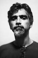 """Fronteiriço de Santana do Livramento (RS), Pozzobon nasceu em 1955. Formou-se em filosofia, enveredou pela antropologia no final dos anos 70, cruzou o país e foi pesquisar o contato entre índios e brancos no alto Rio Negro, extremo noroeste da Amazônia brasileira, num cenário de fronteira geopolítica trinacional (Brasil/Colômbia/Venezuela), onde vivem 23 etnias nativas.<br /> <br /> Nesta babel, Jorge fez a escolha radical de trabalhar com os Maku, um povo seminômade de agricultores-caçadores-coletores, de língua ágrafa, que vive nos matos dos interflúvios, discriminados e subordinados pelos """"índios dos rios"""". Foram 20 anos, muitas andanças, conversas, registros escritos e o aprendizado da língua Hupdâ, uma das variantes Maku, que lhe valeram ser tratado por eles como Yossi (corruptela de Jorge) Deh-Naw (do """"clã"""" da água boa, versão do significado do seu sobrenome).<br /> <br /> Em 1982 conheceu Nyaam Hi, figura dersuzalática, que se tornaria seu grande amigo. Com ele aprendeu o estado de espírito adequado para andar no mato. Em 1997, em sua companhia, atravessou o divisor de águas entre os rios Tiquié e Papuri, para visitar aldeias Hupda, andarilhando o chavascal e levando às costas mapas com os limites da demarcação das terras indígenas, finalmente reconhecidas pelo governo federal brasileiro.<br /> 1955-2001<br /> Fonte ISA<br /> Foto Paulo Santos"""
