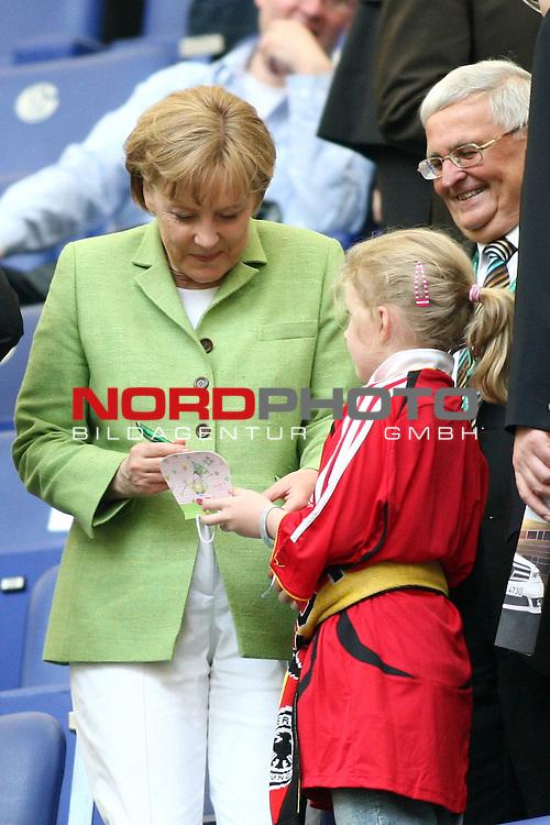 UEFA Euro 2008 Test - Deutschland (GER) vs. Serbien ( SRB ) 2 - 1 am 31.05.2008 in Gelsenkirchen - Auf Schalke<br /> Freundschaftsspiel - Friendlymatch<br /> <br /> Bundeskanzlerin Angela Merkel gibt ein Autogramm. Rechts DfB Pr&auml;sident Dr. Theo Zwanziger.<br /> <br /> Foto &copy; nph (  nordphoto  ) *** Local Caption ***
