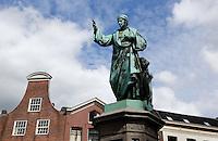 Laurens Janszoon Coster , mede uitvinder van de boekdrukkunst. Standbeeld in Haarlem