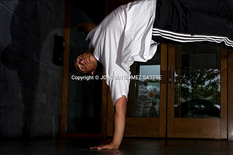 SANTANDER.Jovenes bailan Breakdance en el palacio de exposiciones de Santander  su nombre es LA SANTA CREW.foto © JOAQUIN GOMEZ SASTRE