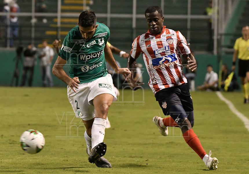 PALMIRA - COLOMBIA, 28-01-2020: Hernan Menosse del Cali disputa el balón con Carmelo Valencia de Junior durante partido entre Deportivo Cali y Atlético Junior por la fecha 2 de la Liga BetPlay DIMAYOR I 2020 jugado en el estadio Deportivo Cali de la ciudad de Palmira. / Hernan Menosse of Cali vies for the ball with Carmelo Valencia of Junior during match between Deportivo Cali and Atletico Junior for the date 2 as part of BetPlay DIMAYOR League I 2020 played at Deportivo Cali stadium in Palmira city. Photo: VizzorImage / Gabriel Aponte / Staff