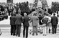 UNGARN, 14.07.1989.Budapest - VIII. Bezirk.Staatsbegraebnis von Janos Kadar (korrekt: J?nos K?d?r), Generalsekretaer der Kommunistischen Partei MSZMP auf dem Kerepesi Nationalfriedhof. Presse vor dem Sarg am Kommunistischen Pantheon. Ganz links mit Hut die Witwe..State funeral of Communist Party (MSZMP) General Secretary Janos Kadar who died on July 6. Journalists at the coffin at the Kerepesi national cemetery's communist pantheon. To the left with the black hat the widow is seen..© Martin Fejer/EST&OST