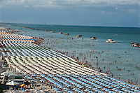 Riviera Adriatica, Rimini, Bellaria e dintorni. Ogni anno milioni di turisti affollano le spiagge della Romagna, che anche quest'anno sono state insignite della, molto criticata, Bandiera Blu della FEE, Fondazione Educazione Ambientale.