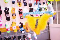 Quer&eacute;taro, Qro. 29 de Diciembre de 2016.-  Los tradicionales calzones para recibir el a&ntilde;o, se pueden observar a la venta en distintos mercados, tiendas de ropa interior.<br /> <br /> Las prendas rojas y amarillas nuevas reci&eacute;n estrenadas pueden atraer el amor y la abundancia. Aunquie los colores m&aacute;s populares son amarillo y rojo, tambi&eacute;n se usan con fines rituales. Rosa para el romance, azul para el equilibrio emocional, verde armon&iacute;a y el negro atra&eacute; sexo. De acuerdo a las tradiciones que se han ido formando con los a&ntilde;os.