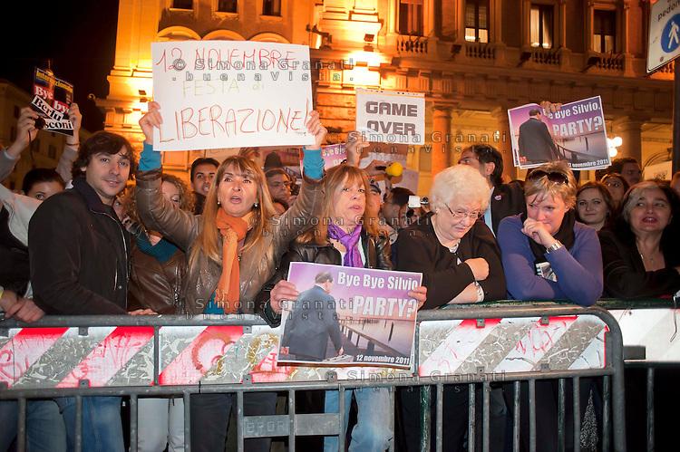 Roma, 12 Novembre 2011.Gente in strada in attesa delle dimissioni di Silvio Berlusconi da Presidente del Consiglio,davanti Palazzo Chigi.