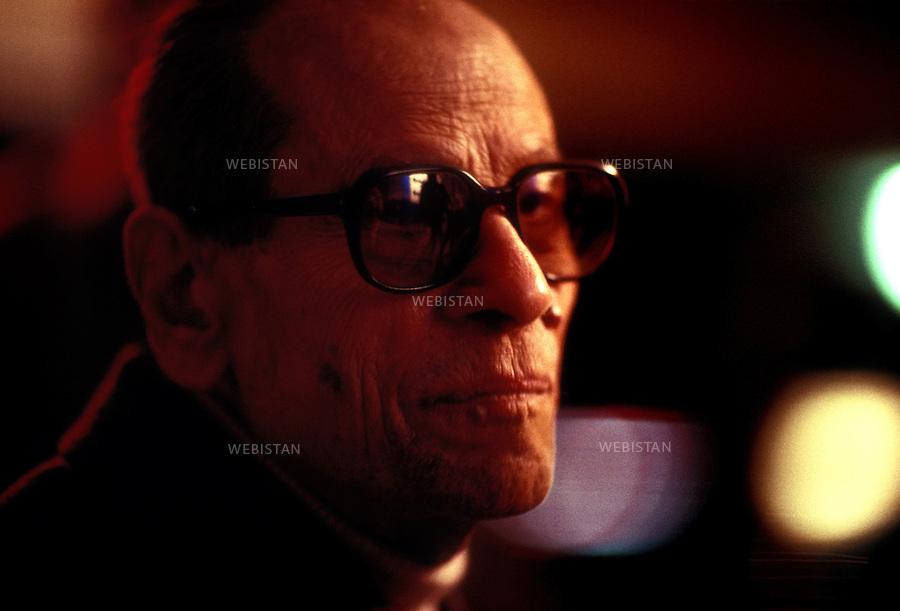 1991 ..Egypt. Cairo. Writer and Nobel prize winner, Naguib Mahfuz...Egypte. Le Caire. L'écrivain et lauréat du prix nobel de littérature, Naguib Mahfouz.