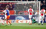 Nederland, Amsterdam, 7 februari 2016<br /> Eredivisie<br /> Seizoen 2015-2016<br /> De Klassieker <br /> Ajax-Feyenoord<br /> Jens Toornstra (l.) van Feyenoord scoort de 0-1. Mike van der Hoorn en Nick Viergever zien de bal achter Jasper Cillessen het doel in gaan.