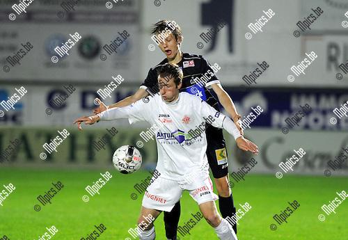 2013-10-12 / Voetbal / seizoen 2013-2014 / Hoogstraten - Roeselare / Kjetil Borry in de rug van Roy Van der Linden (Hoogstraten)<br /><br />Foto: Mpics.be