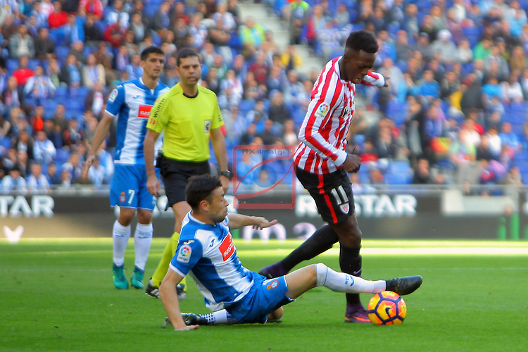 League Santander 2016/2017. Game: 11.<br /> RCD Espanyol vs Athletic Club: 0-0.<br /> Javi Fuego vs I&ntilde;aki Williams.